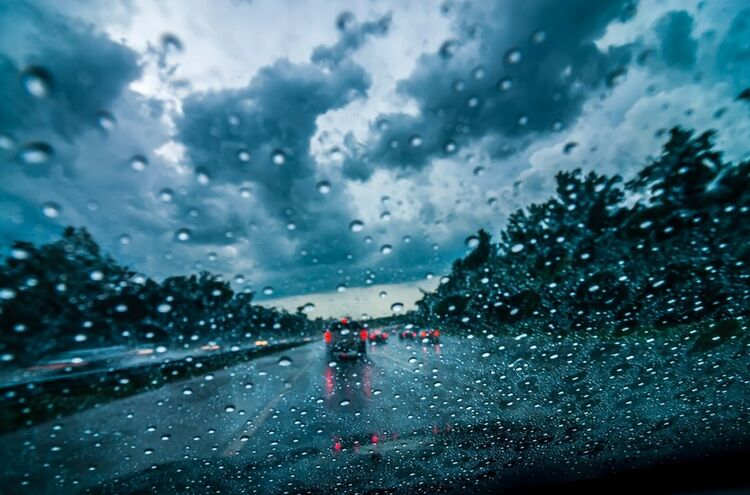 10082018 Strasse Bei Regen Symbolbild