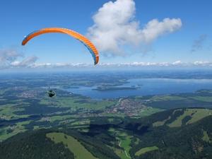 gleitschirmfliegen-mit-chiemseeblick-chiemsee-alpenland-tourismus