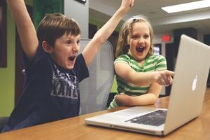 Kinder_spielen_Computer