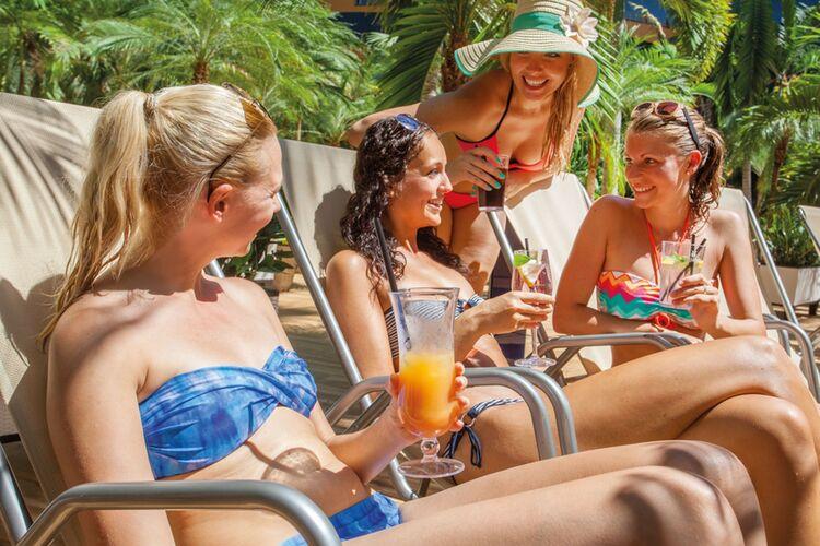 Te Wellenbad Palmengarten Gruppe Mit Cocktails